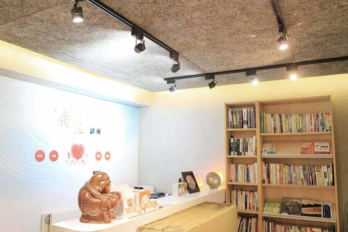一入口的櫃檯上方,就能看見美絲板獨特的纖維圖紋,微妙轉移了下降式天花板的壓迫。