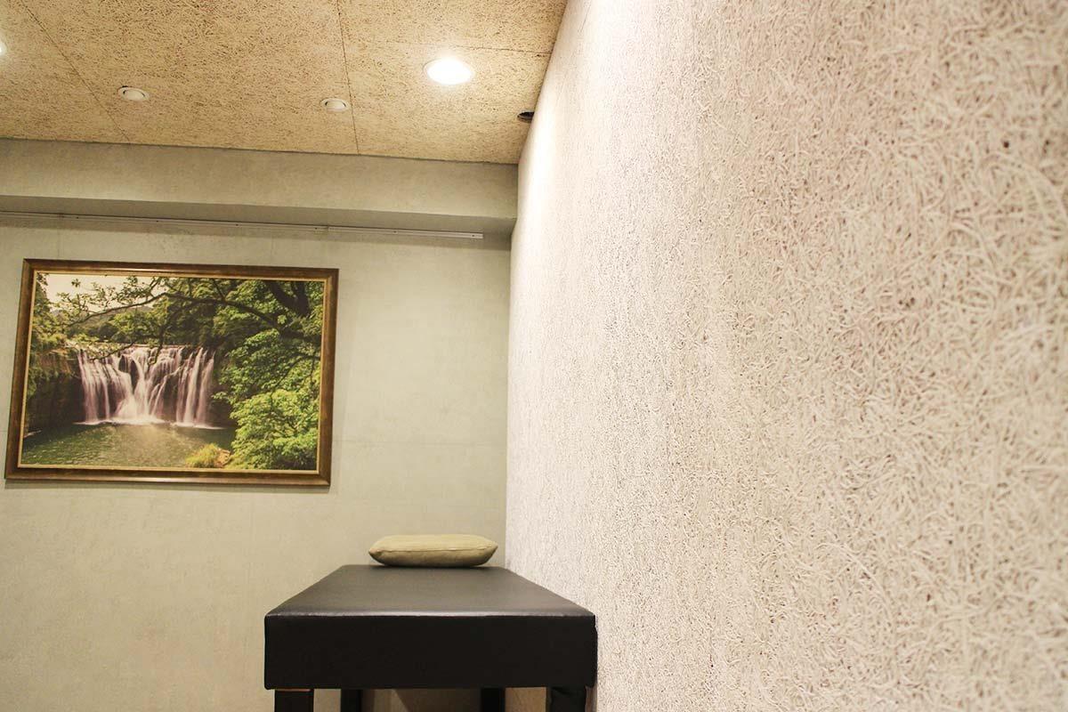 室內施作美絲板,就算每天觸摸也不怕出現髒汙、落塵或脆化掉屑的狀況,而且吸音、調節室內溫濕度的效果相當明顯。