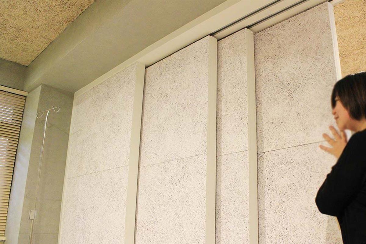 張副總親自示範美絲板應用在活動拉門的創意。