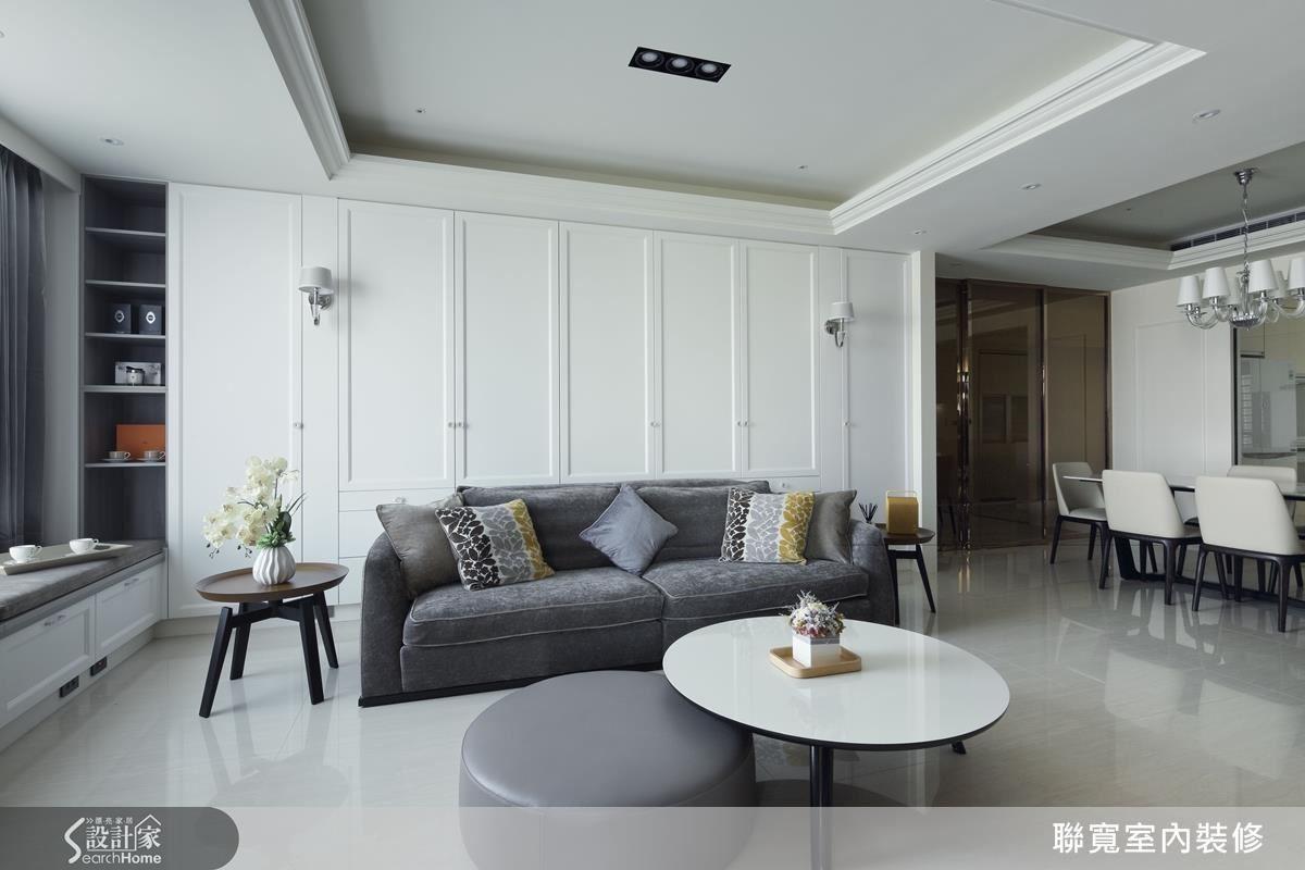 沿著動線來到客廳,薄片石材的灰與櫃體的白,營造空間層次,也讓色彩豐富的沙發成為空間的主角。在美式居家之中也融入王毓婷設計師擅長的現代俐落感。