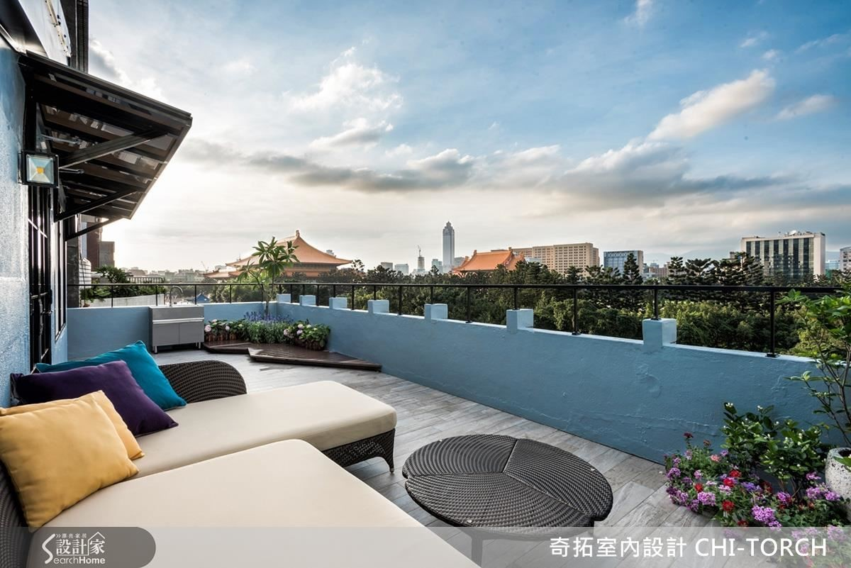 喜愛能夠看到戶外景致的陽台,重新整理過地面,配上戶外家具,牆漆上天空藍就是迷人的觀景台。