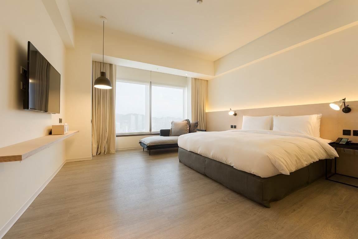 松山意舍酒店採用 Green-Flor Nature Fit 系列,歐風經典木紋帶來頂級木地板細緻時尚質感。