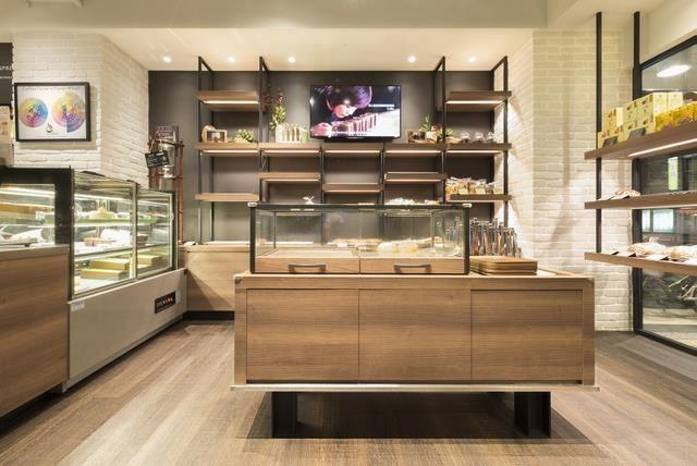咖啡講_南京龍江店:咖啡色的木紋營造沉穩靜謐的風格,最適合喝杯咖啡,當個一日文青。