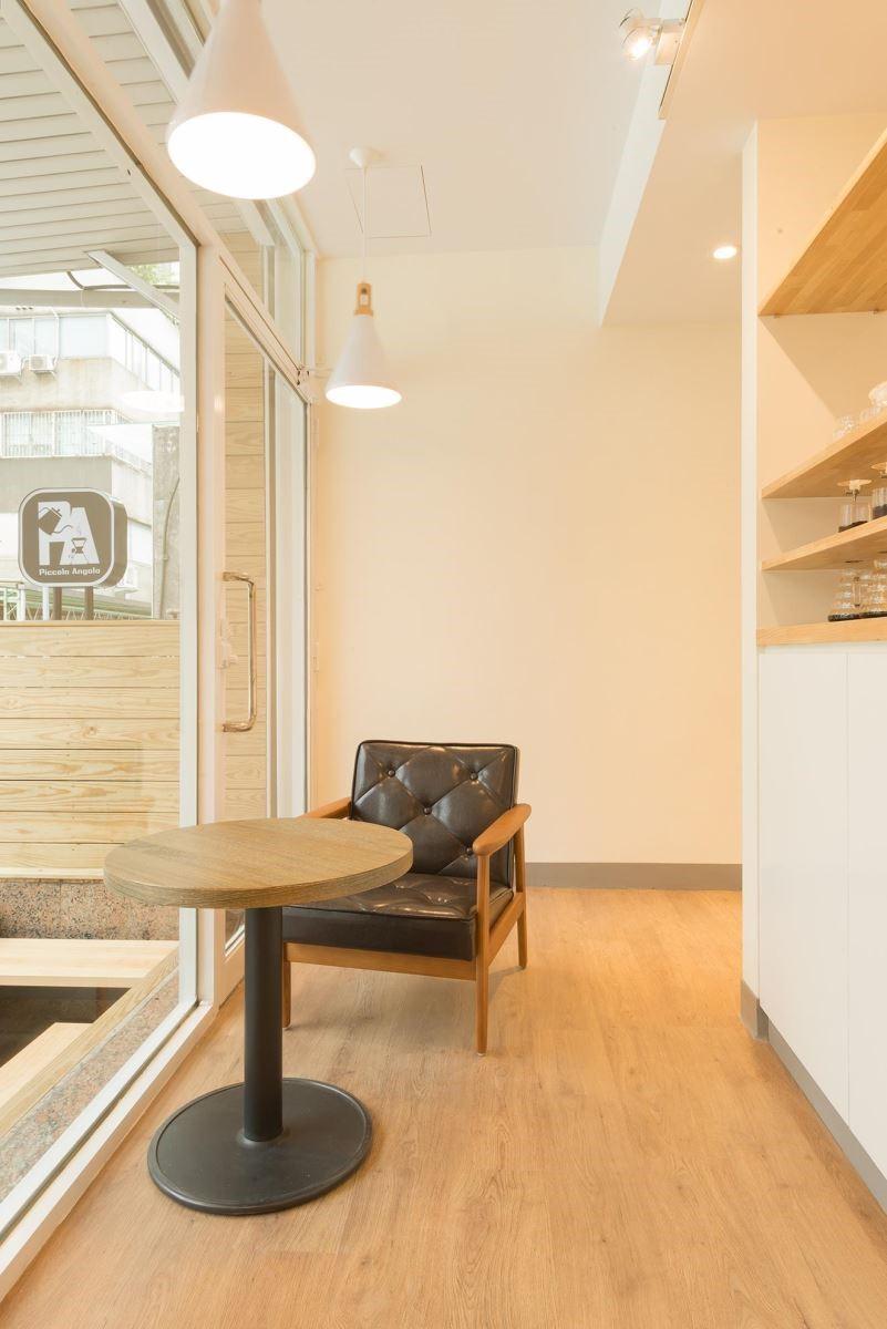 位於台北市中山區的 Piccolo Angolo 角落咖啡,使用簡約的木紋風格為顧客在喧囂城市中提供一個靜謐角落。