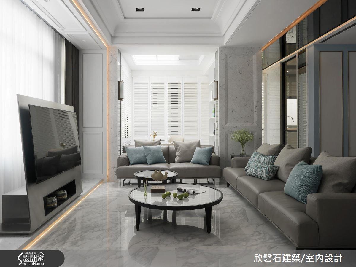 電視牆特別以毛絲面的不鏽鋼作為框架,視覺上亦達到放大空間的效果。