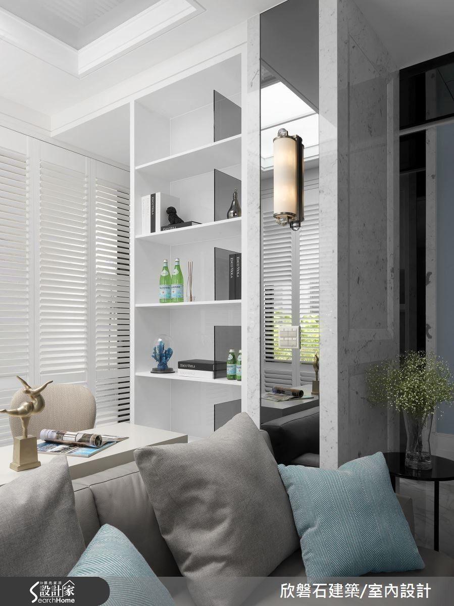 書房側面樑柱旁也規劃了豐富的書櫃,滿足屋主收納的需求。
