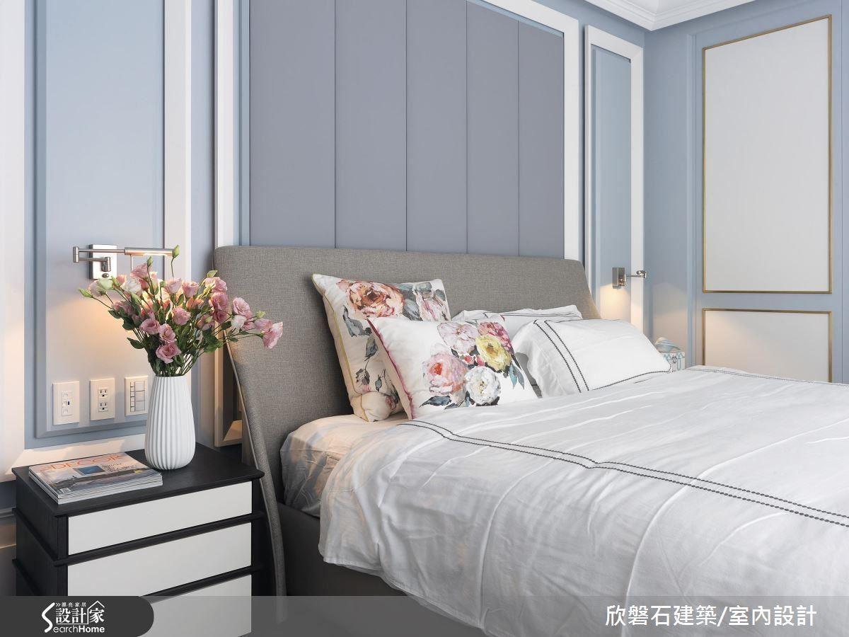 臥房床頭牆後方以繃布呈現立體質感,散發一股典雅簡約的氣質。
