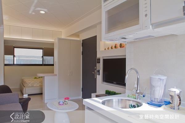 7 坪套房在沒有挑高的情況下,將收納櫃體置於天花,有效減省平面櫃體用量。