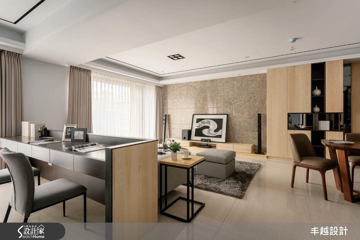 電視櫃、天花板嵌燈、窗簾、沙發等家具,皆以溫暖輕柔的風格,盡情徜徉於舒適的安樂窩。