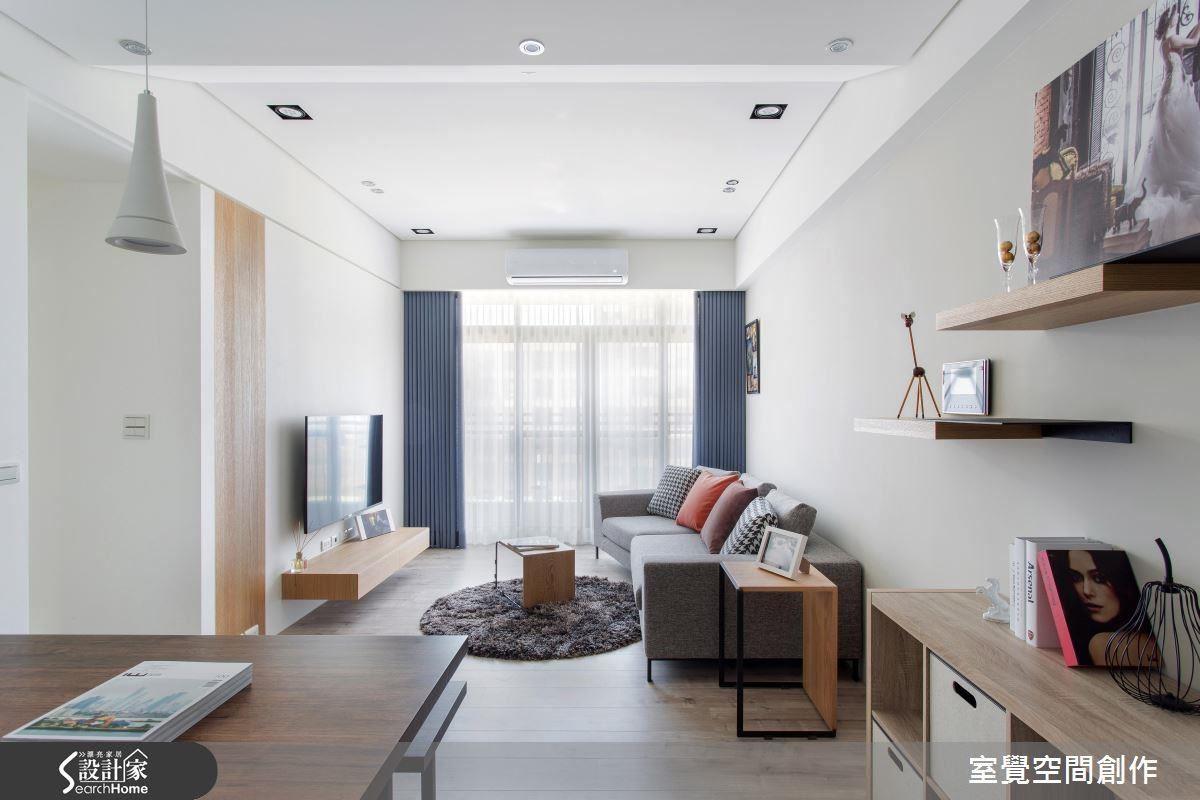 選用沉穩的灰色沙發,搭配整體明亮色調,不只營造居家的寧靜和諧,更在空間主調中以跳色抱枕,增加活潑的視覺感受。