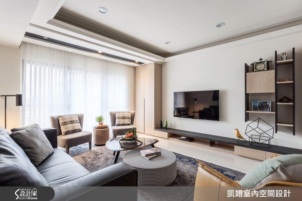 客廳電視牆左側高櫃可收納電器設備,右側則是造型展示櫃,高低差的設計,則是配合容納屋主的音響設備。