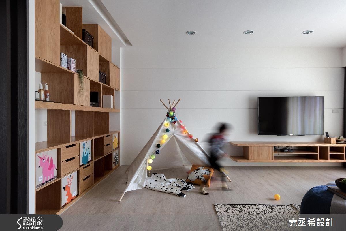 寬敞的公共空間讓孩子得以盡情玩耍、活動,而一旁置物牆底層搭配色彩繽紛的方格抽,則讓孩子能從小養成隨手收拾的好習慣。