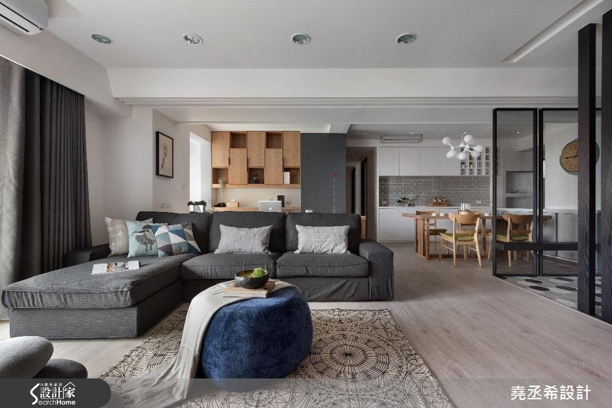 利用大面積的留白與淺色木地板打造乾淨清爽的基底,並適當的綴上原木色澤與深色鐵件,引出通透空間的層次感。