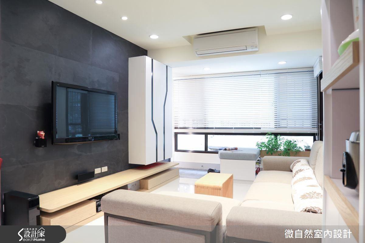 大面景觀窗,搭配木百葉窗簾,在綠元素的融合下,光影斜灑入室內,窗景亦有隱約若現之美。