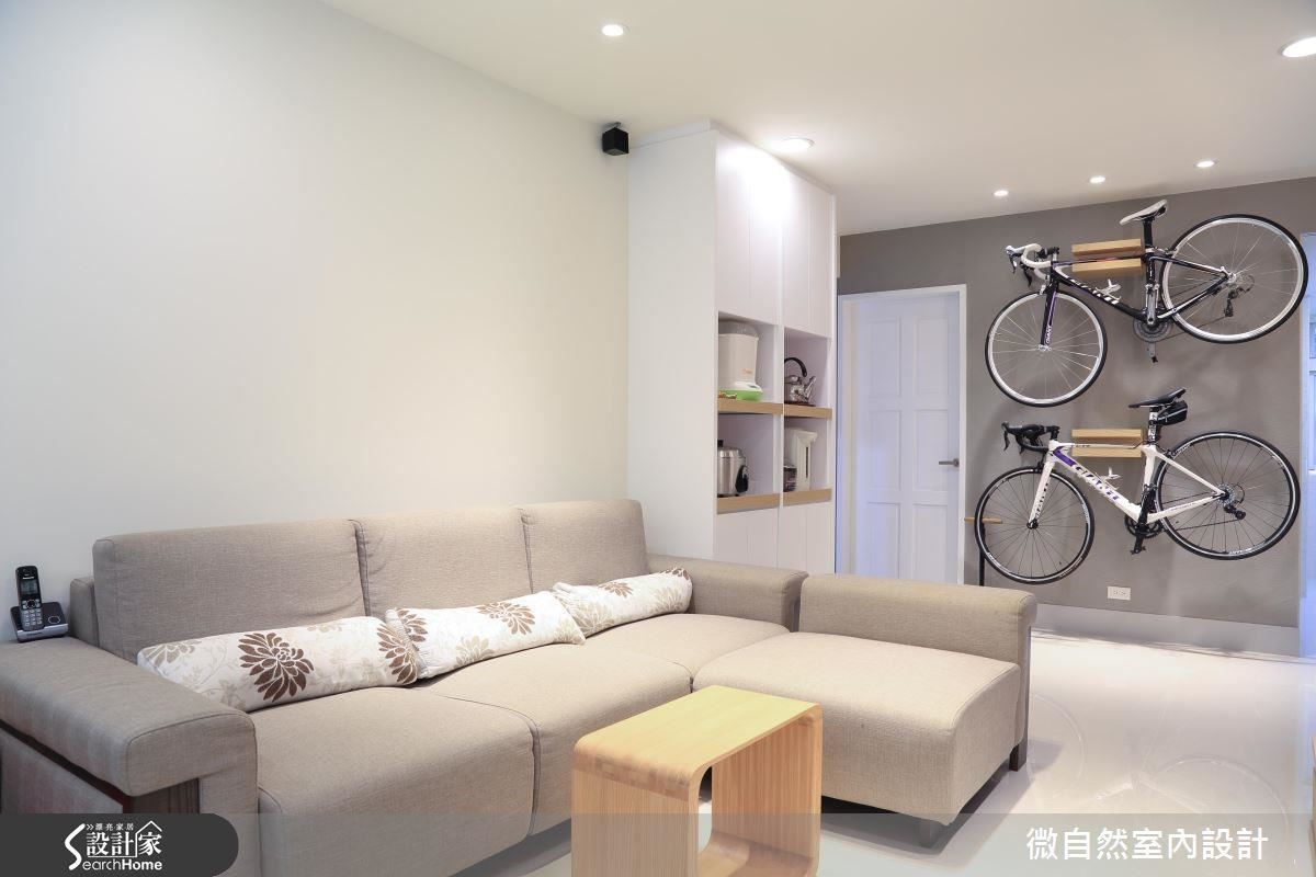沙發旁的頂天電器櫃,善用空間且收納功能完備,腳踏車架牆面成為公領域空間中最吸睛的裝置藝術。
