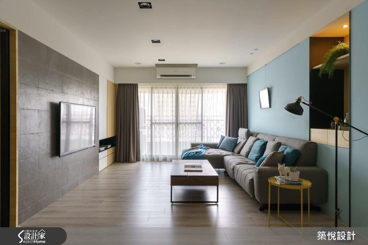 整體空間以自然建材與清新色調融合出視覺豐富度,位於客廳通往主臥的木質門片與水藍色背牆融合出清新的北歐調性,牆面巧思嵌入的展示櫃也創造一隅角落風景。