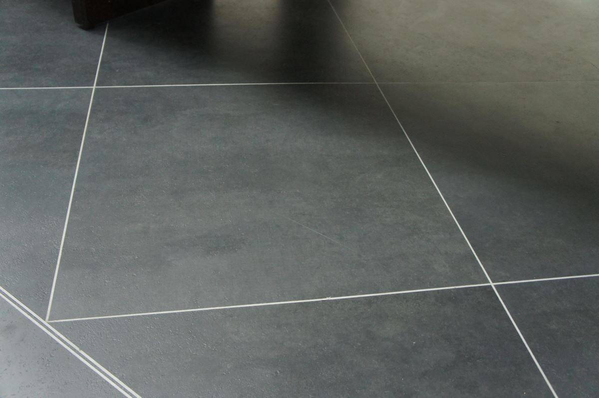 New square 系列具有自然的石紋花色,質感不亞於真正的石材地板,擁有石材地板沒有的止滑等級,也不易因熱脹冷縮而龜裂。