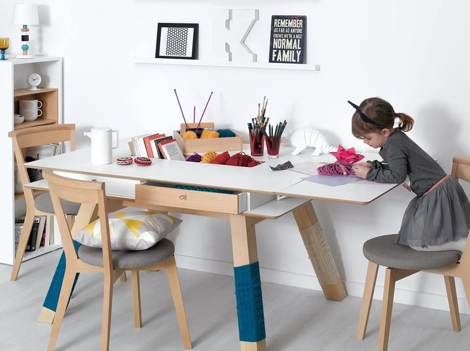 桌面中央的凹槽配有出線槽外更可收納各式餐具調味瓶、文具或小東西都很方便,而且取用時一目瞭然,桌面下方還附設拉抽,每個細節都考慮周全,桌腳穿上毛線襪套的擬人化設計,有種日本高校女生般的青春活力,也是小編個人最愛的細節之一。