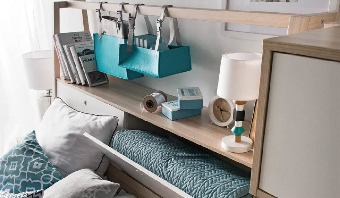 SPOT 床組的床頭櫃中,開啟方式以安全五金配件搭配軟質把手、下掀門,讓臥室充滿貼心設計。