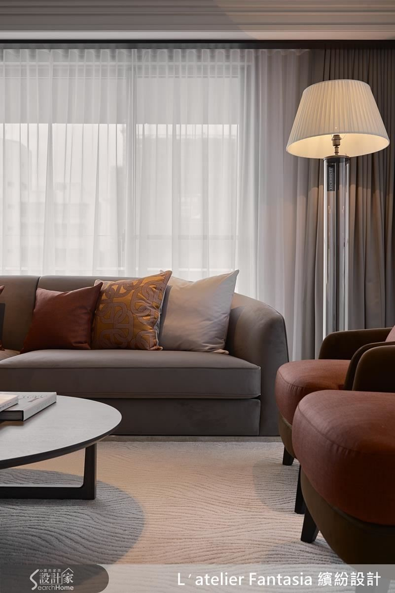 迎客的客廳區域,以單椅型式加上弧型的長沙發,呈現獨自區域的感受。亮眼而對稱的抱枕視覺,則能夠依照心情或季節,變換自己想要的風格主題。