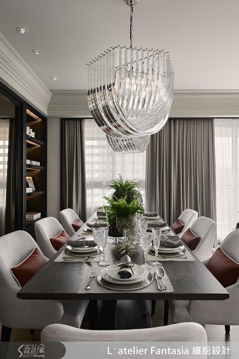選擇了一張深木色的長桌,搭配綠色的植栽設計,藉由顏色深淺的對比、材質的搭配,映出擺盤與植栽陳設上的層次氛圍。