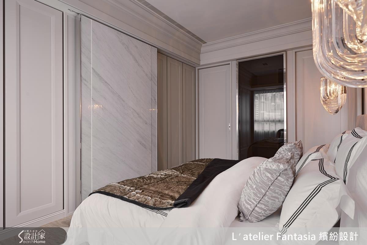 更衣空間以玻璃與細鐵件拉門呈現精緻質感。