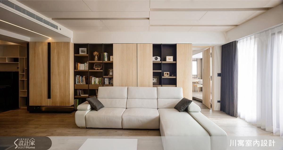 採光充足處,留給了客廳。取代制式的沙發背牆,以活動拉門展示書櫃,可依每日心情變化拉門位置與呈現。
