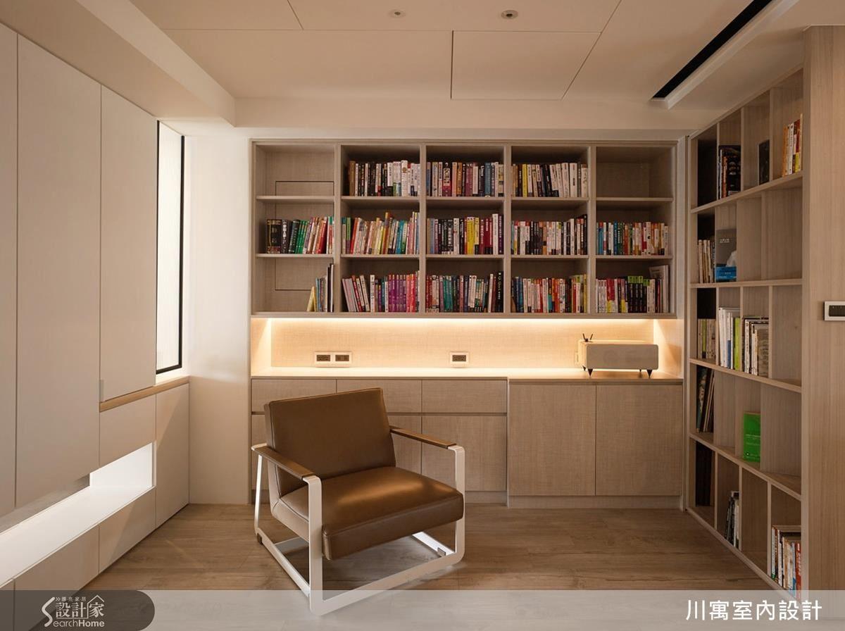 爸爸平日閱讀工作的書房區,面對的就是女兒練琴區;對爸爸而言,女兒的鋼琴琴聲是最佳伴讀音樂。