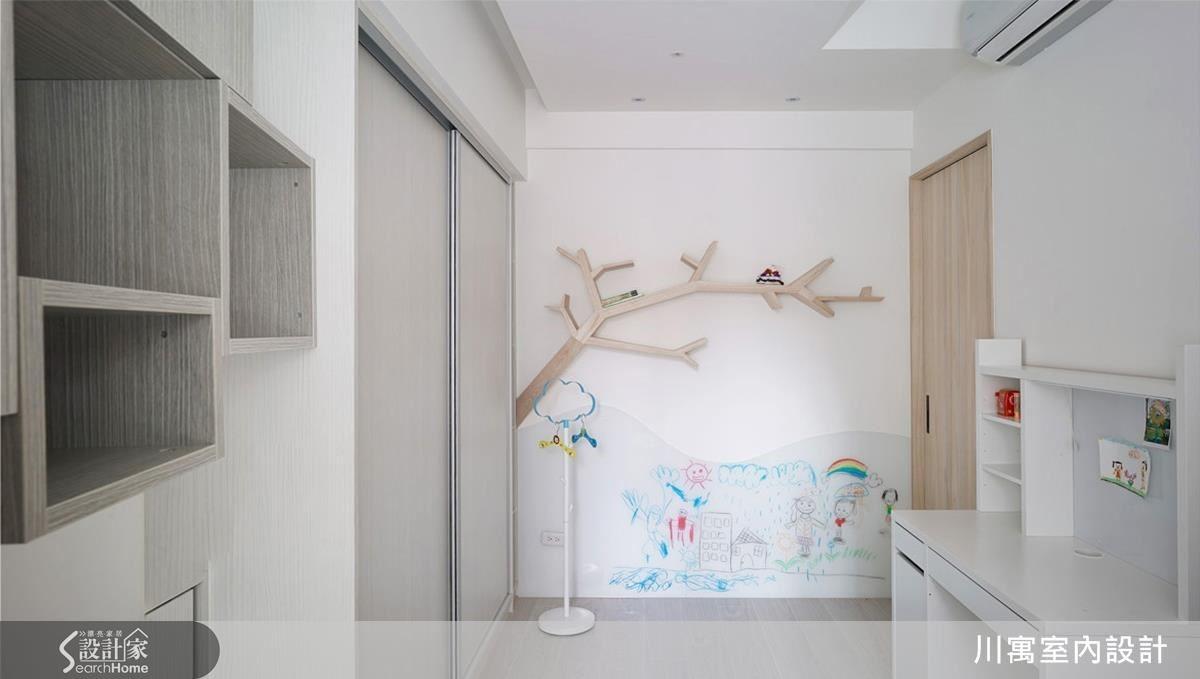 以粉色調及富有童趣的樹枝書櫃,營造舒適溫馨的小孩房。