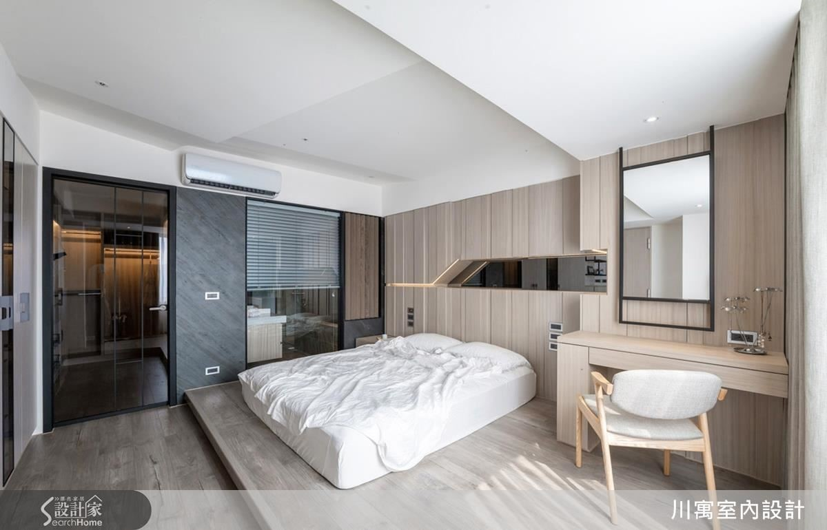 主臥天花褶線呈現強烈的設計感,臥鋪設計則是為了滿足從甜蜜夫妻到一家四口需要的彈性空間。