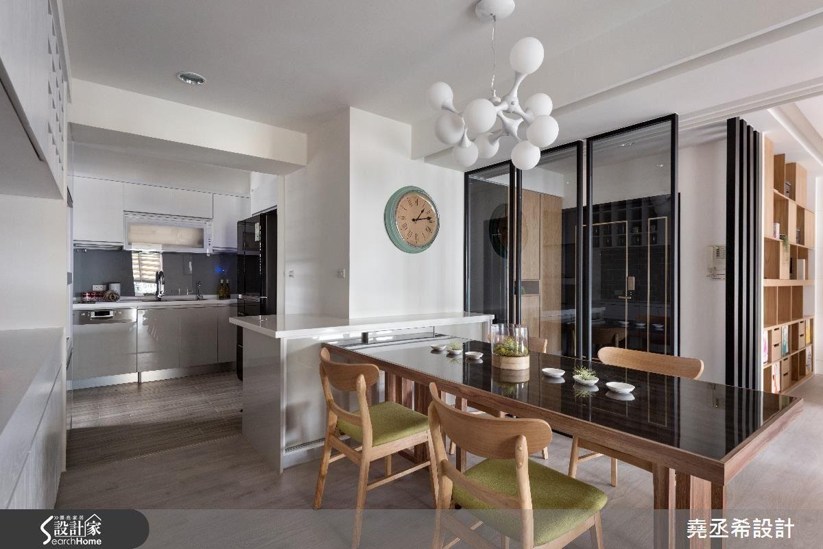 將廚房與餐廳至於同一動線,巧妙利用中間的柱體做為餐櫃與吧台,成為與餐桌的鏈結。
