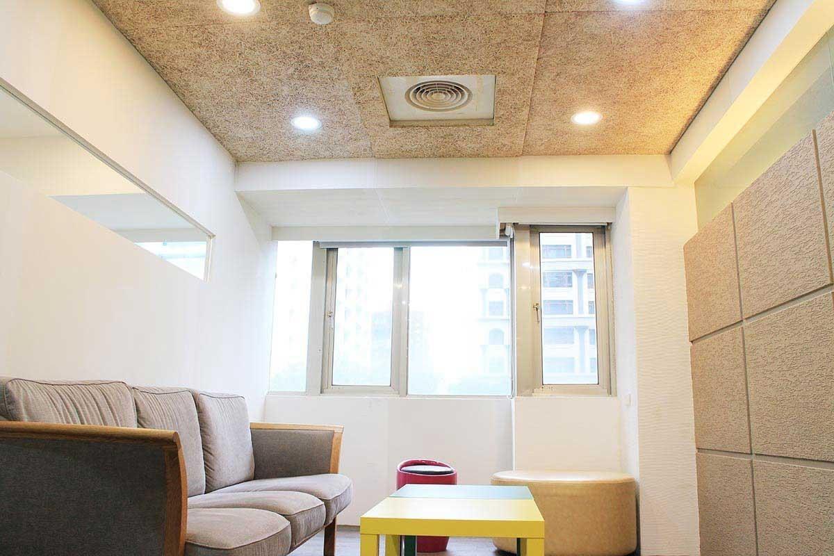 美絲板施作的天花板,與室內主要造型面十分相稱,強大的風格相容性可見一斑。