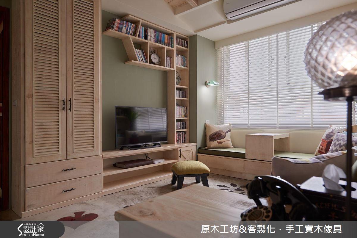 用淺色實木將電視櫃、鞋櫃、書櫃結合而成的電視牆,具有一致性又因為幾何、百葉的交互運用而顯得有趣,帶點乳灰綠色的低彩度牆面,增添溫暖的感受。
