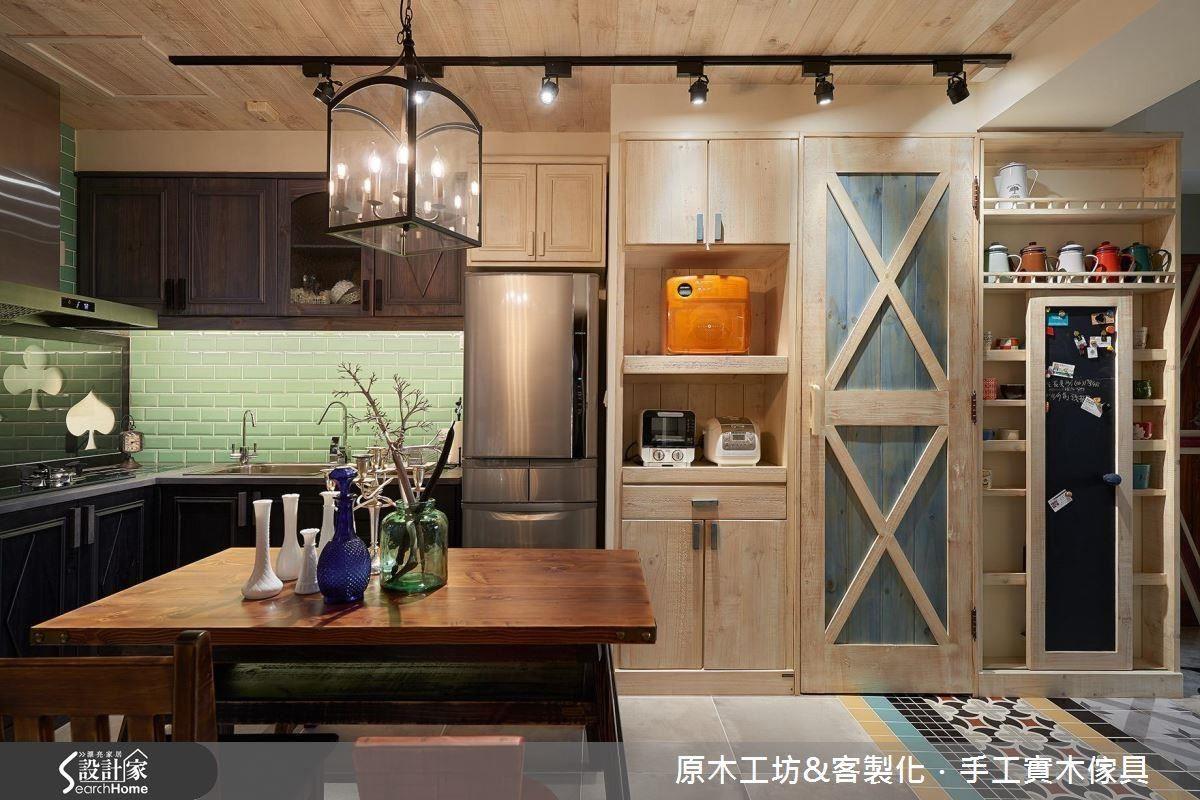 開放式混搭的餐廚空間,巧妙地將對屋主喜歡的撲克牌圖案融入廚台的中段。