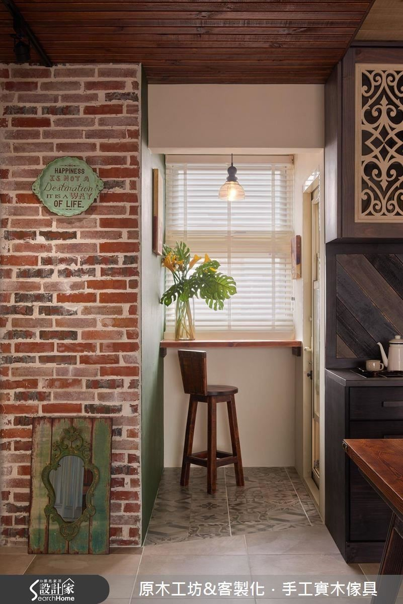 設計師將原本屬於戶外的小陽台做了一點內縮,保留成一處室內的休憩角落,是屋主喜歡轉換心情的第二個溫馨角落。