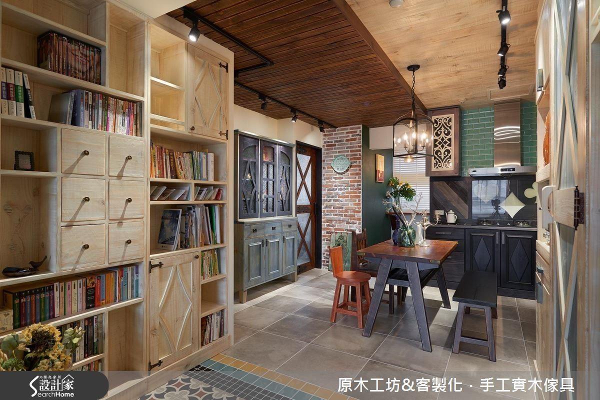 大型的淺木色書櫃是區隔臥室的隔間櫃,以櫃代牆,增加了大量的收納空間。