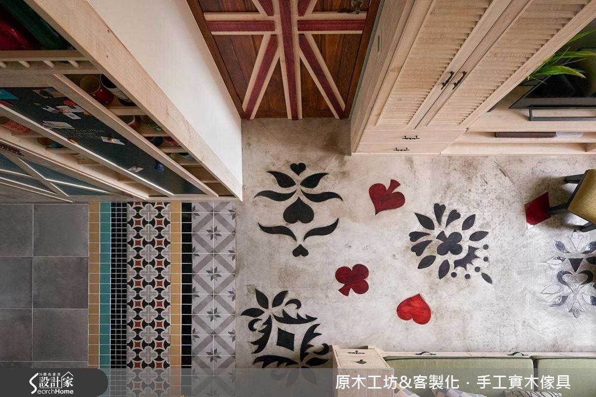 原色的水泥地板崁入對屋主人生具有特殊意義的撲克圖騰實木雕花,更顯獨一無二。寬窄紋路各異的花磚作為客廳與餐廚空間的區隔界線,活潑又可愛。