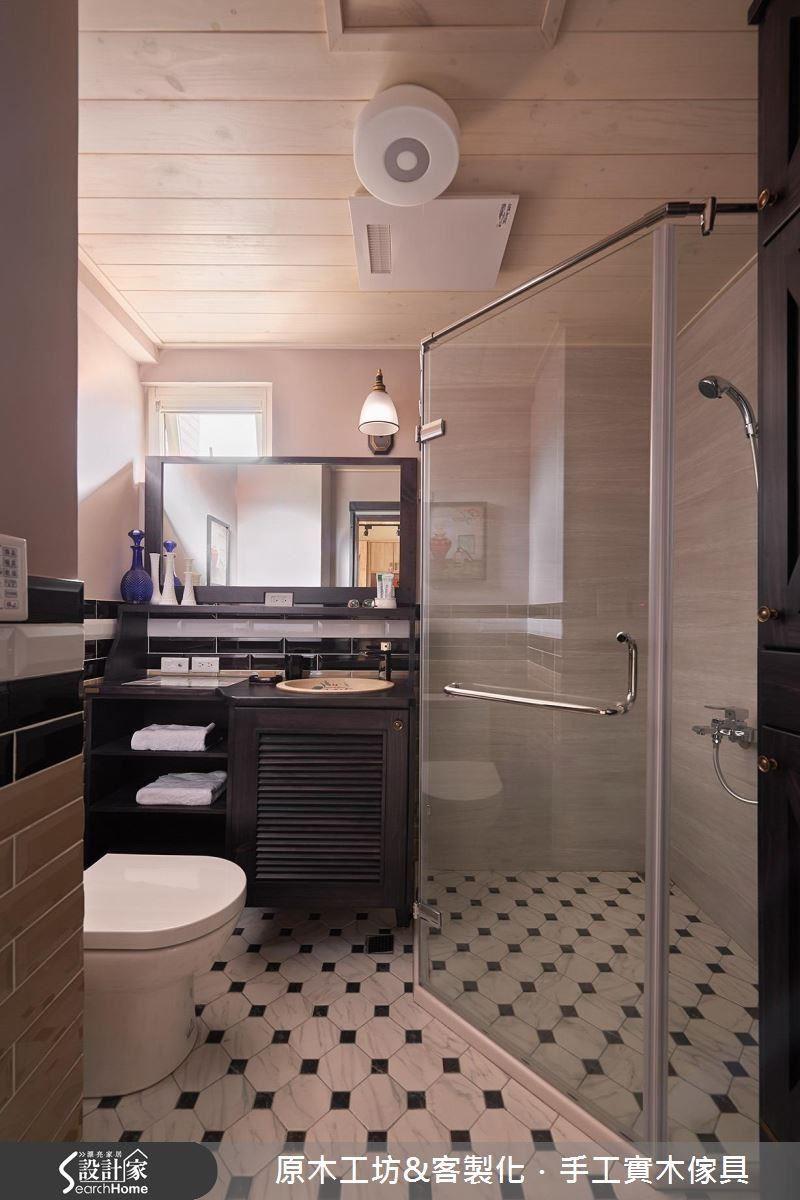 量身訂作的洗手台,超大面鏡子,兼具浴櫃、梳妝台功能,適度保留通風口,使浴室潔淨舒適。