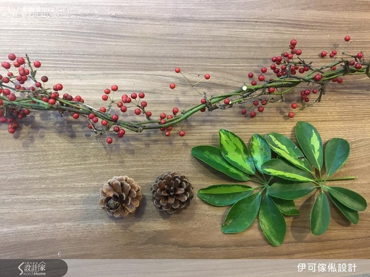 自然花材:紅漿果、松果、綠色葉子。