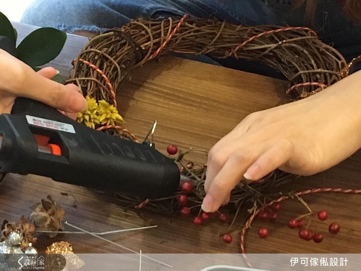 使用熱熔槍固定花材位置,或是選用有附鐵絲的花材,可以直接插入藤圈空隙固定。