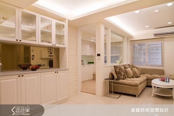 日系居家最愛使用的白色系,利用門片、文化石、油漆、家具等不同的材質打造富有層次的白色端景。