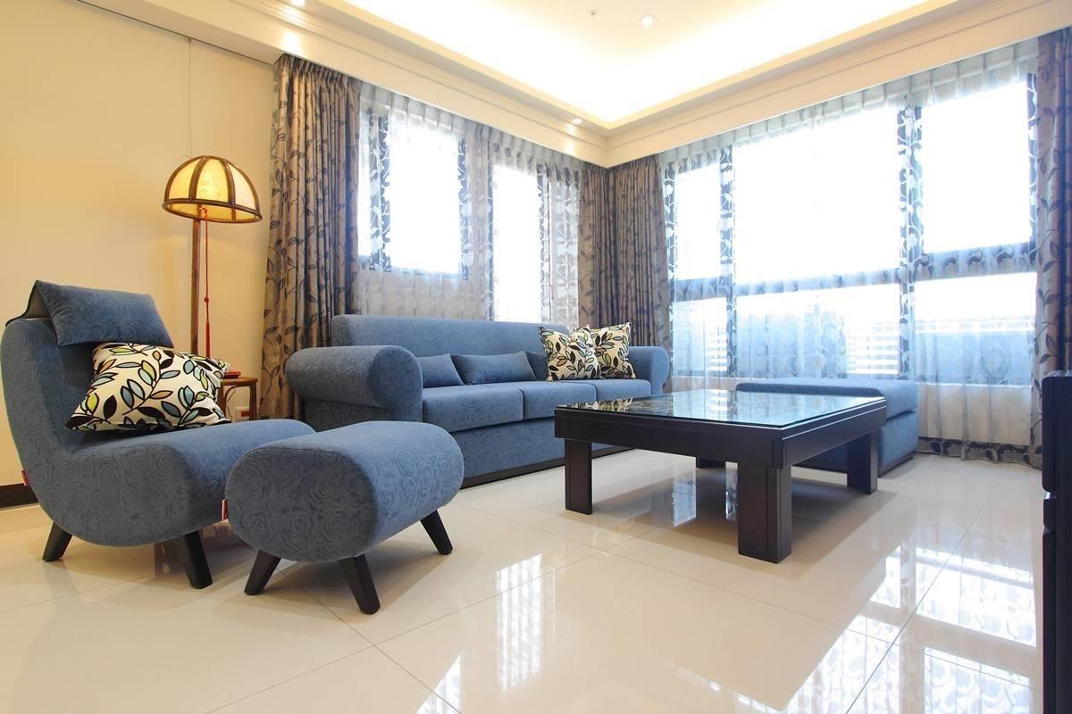 圓潤的扶手造型,摩登的線條描繪椅身,兼具人體舒適與居家美感。(大梅根沙發)