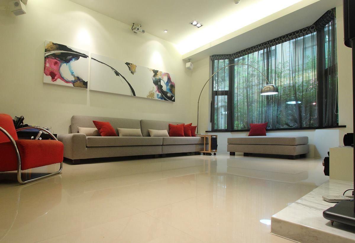 方正的椅身結合圓潤邊角, 優雅不失大器的沙發成為空間裡絕佳的風格搭配。(水咚咚沙發)