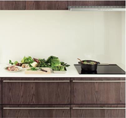 天然木紋門板設計,搭配簡約的把手,簡單的元素便能勾勒出溫潤而大器的廚房空間。