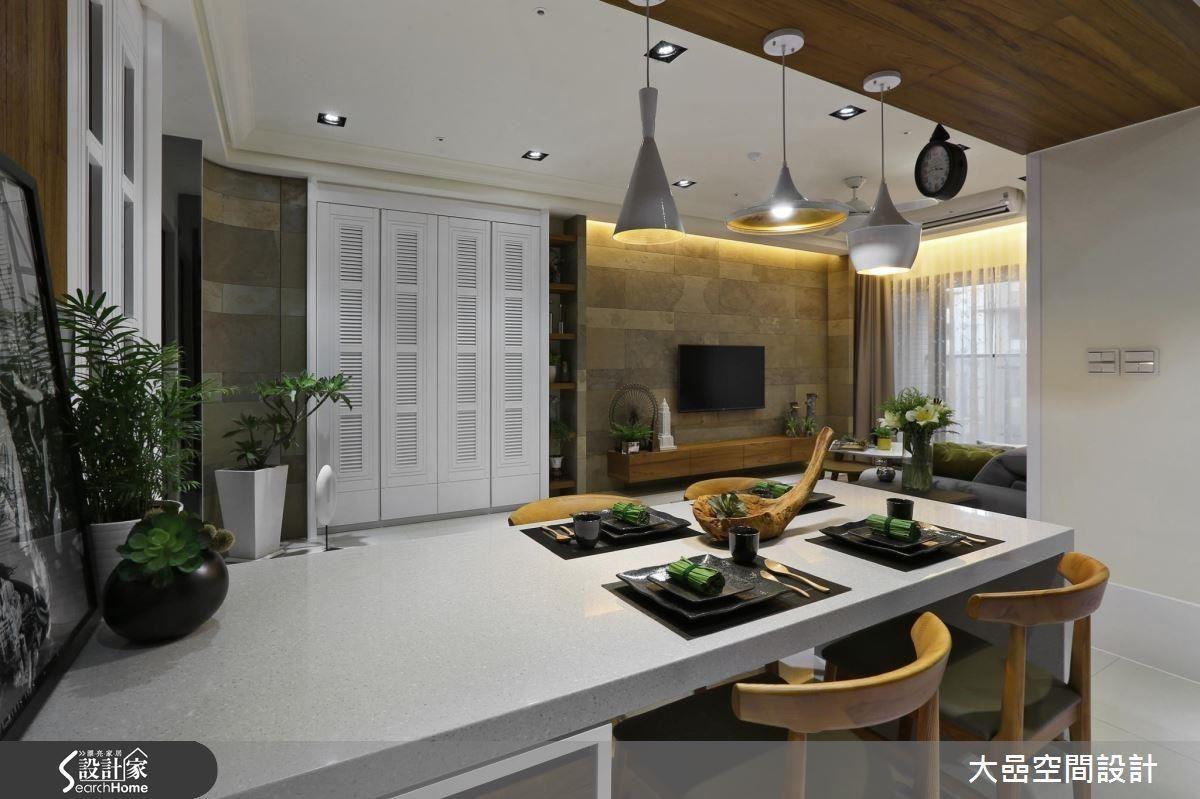 運用電視牆材質的橫向延伸,讓白色縱向的至頂高櫃,與電視牆產生材質的對比感,呈現空間趣味。