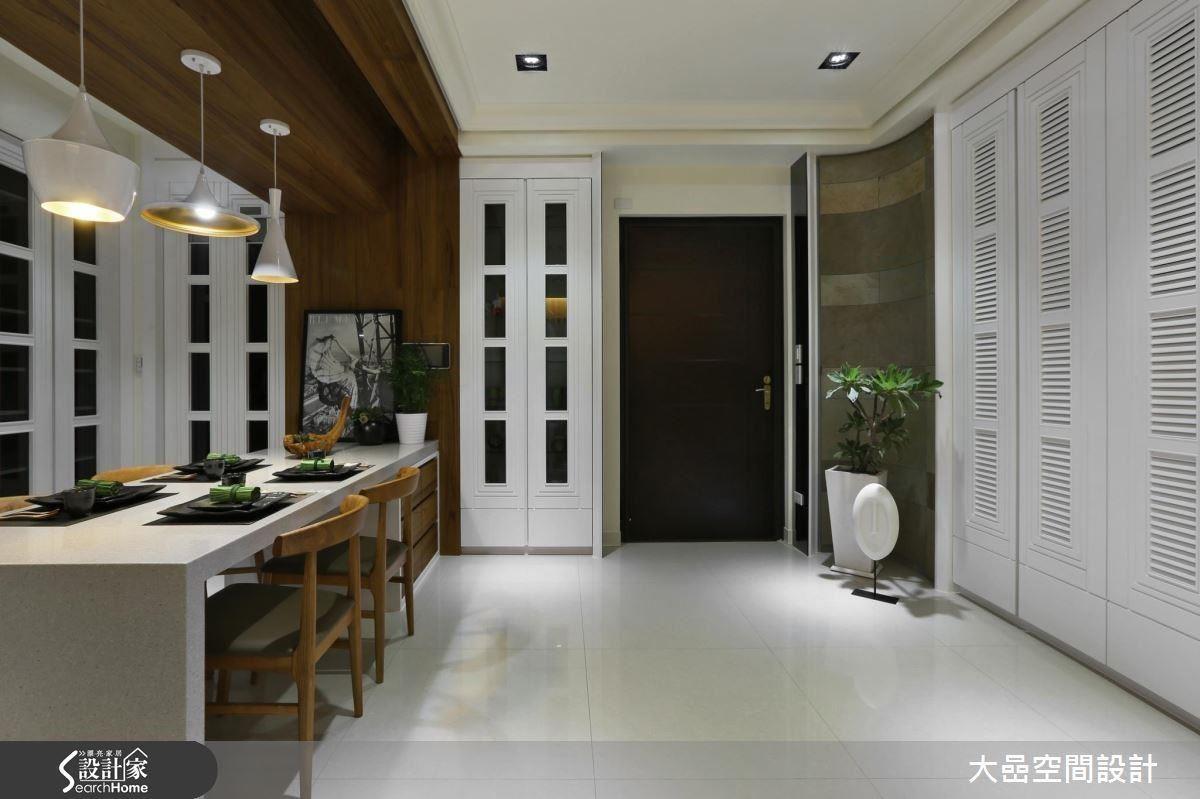 量體的左右邊,分別是,左門:廚房通道,右門:收納櫃。