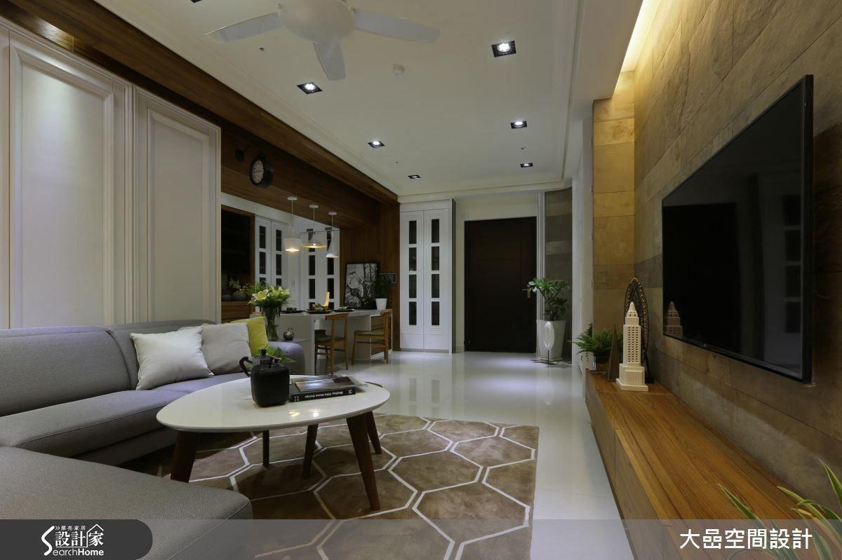 將空間巨大的樑體,以木皮包覆潤飾,並將材質延伸至客廳沙發背牆,形成一幅如畫一般的框景。