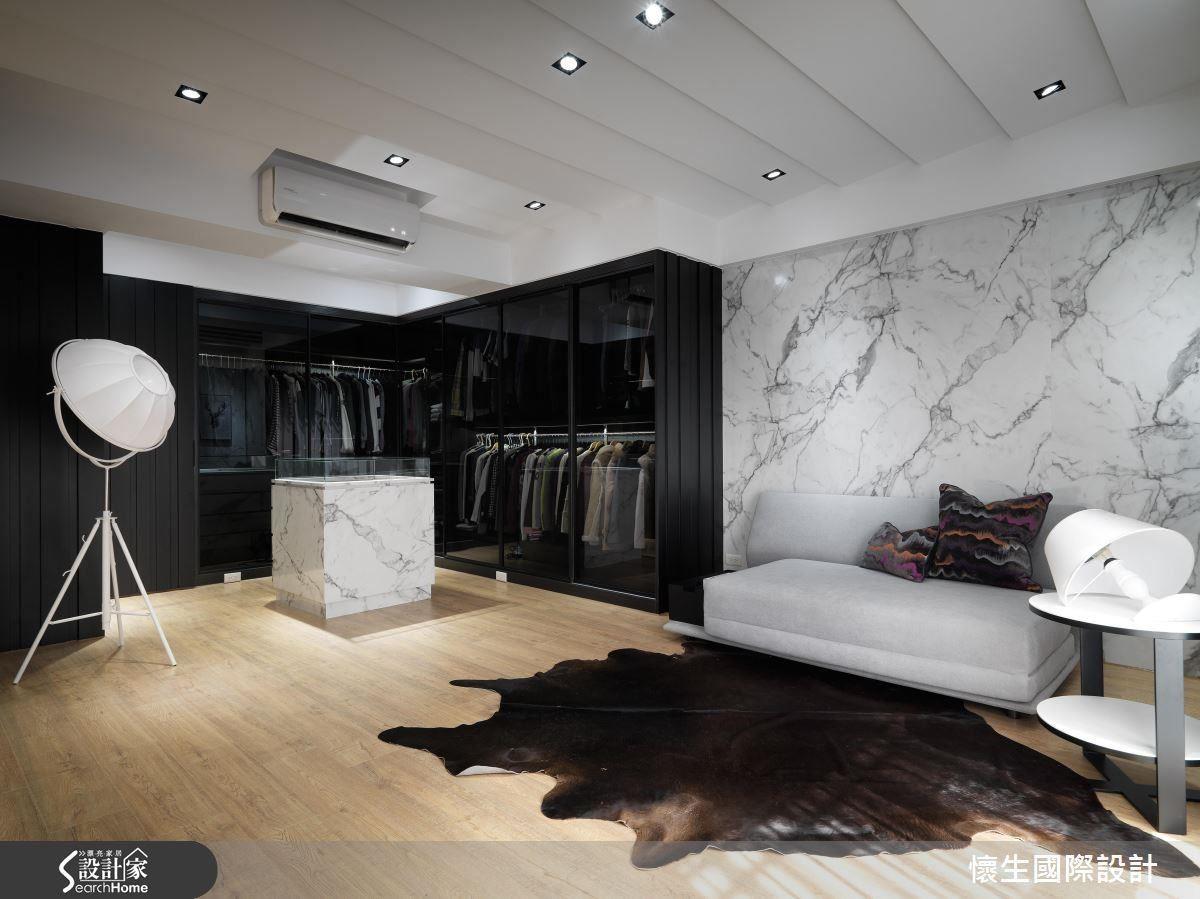 波浪天花造型讓主臥具有流動的前衛感也滿足了屋主對於主臥的所有期待,以波浪造型於空間中做延展,適度拿捏的黑與白在空間配比,呈現空間尺度的協調性。