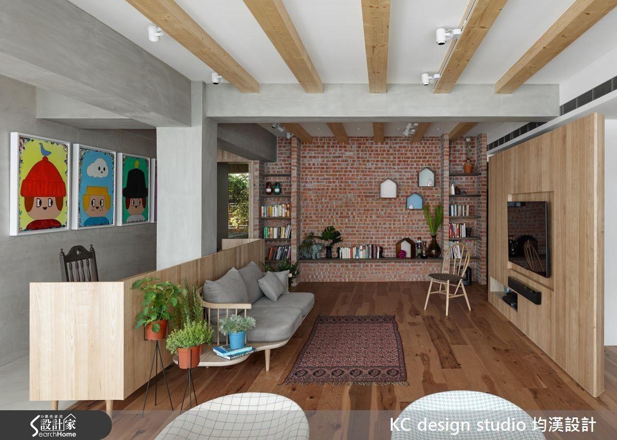 開放式設計不妨在沙發後方加上一面矮牆,不僅符合風水需求,也能清楚創造分界。