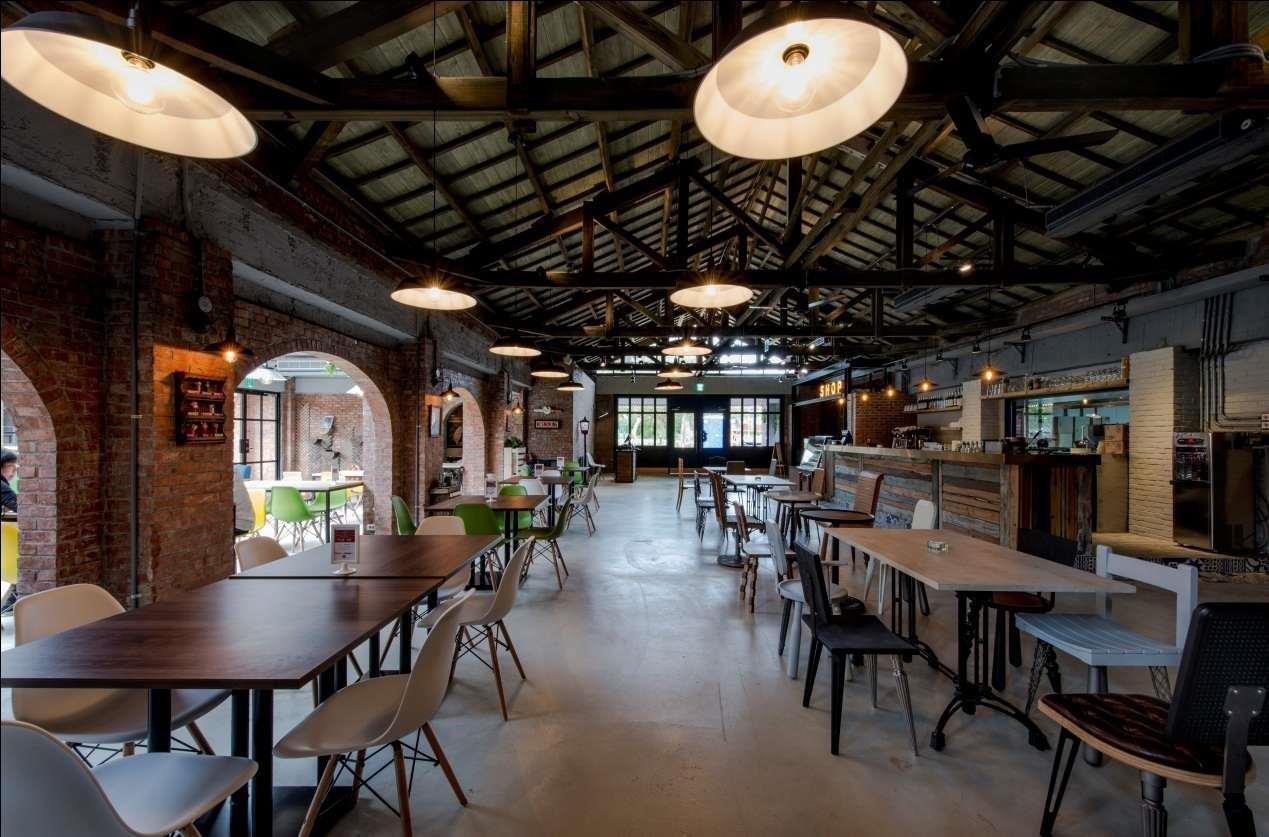 鄉村混搭工業風的餐飲空間。